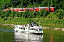 Výletní loď Poseidon a vlak.jpg